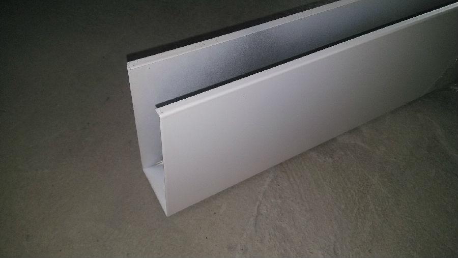 铝方通吊顶施工方法: 1:根据同一水平高度装好铝修边角. 2:根