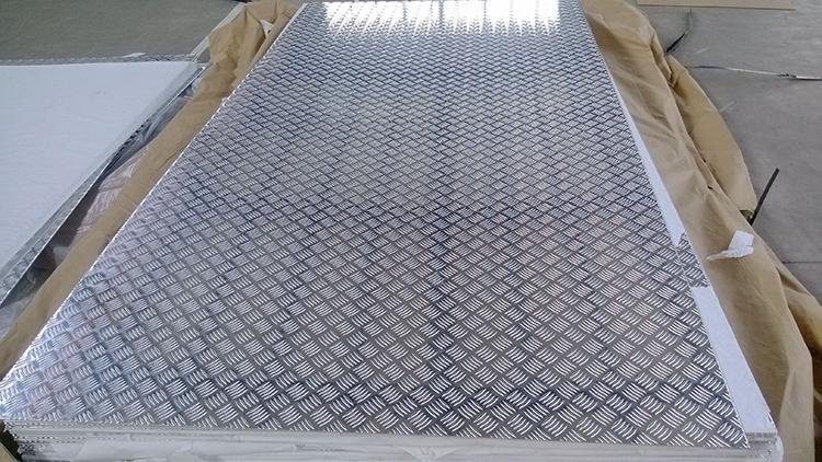 由于铝板表面的花纹是按照五条凹凸花纹按照相对平行